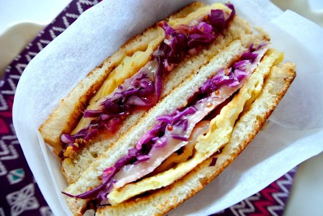 【再現レシピ】韓国の屋台トースト「トストゥ」はお家でも作れる! バターの染みたトーストにチーズ&オムレツの相性が最高♪