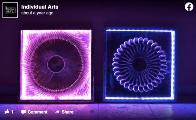 これがスプーンとフォークでできてるって信じられる!? 色と光で幻想的に演出された「カトラリーアート」が美しい…!