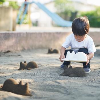 砂場でネコを無限に生み出せる「ネコカップ 無限ネコ製造機」がかわいすぎる! 使わないときはオシャレなオブジェとして飾れるよ