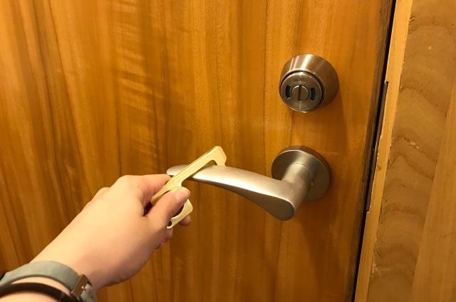 【本音レビュー】つり革もトイレのドアも触らなくて済むダイソーの「ノータッチフック」を徹底的に使ってみた