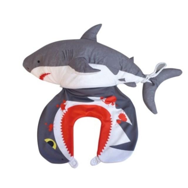 ギャー!! サメに食われてるみたいなネックピロークッションがヴィレヴァンに登場! 血しぶきも飛んでるよ
