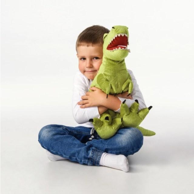 サメの次は恐竜だ‼︎ イケアに恐竜ぬいぐるみがいっぱい登場してるよ〜!  『ジュラシック・ワールド』のあの恐竜もいます