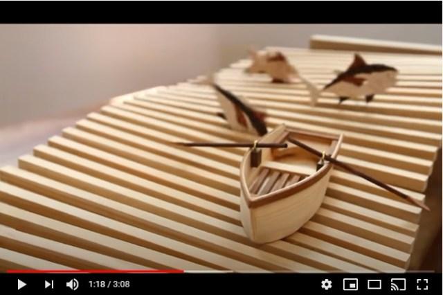 【癒やし動画】歯車を回すと舟が波に揺れ魚が跳ねる…木製のしかけ装置がずーっと見ていられる楽しさ!