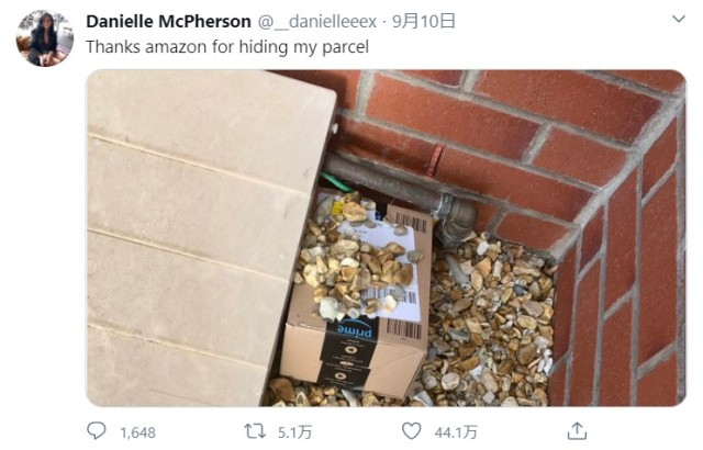 """海外のAmazon配達人は """"置き配"""" するとき荷物を隠してくれる!? 「砂利でカモフラージュ」 「玄関マットの下」「屋根の上」など置き場所も個性豊かです"""