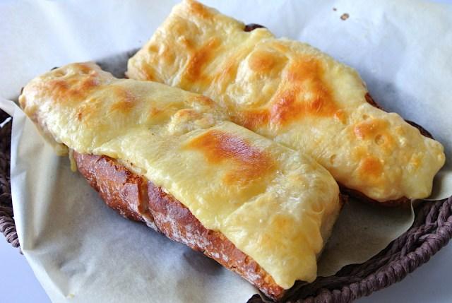 まるでチーズフォンデュ! チーズまみれのぜいたくなスイスの「極上チーズトースト」レシピ  / 材料は3つだけで超簡単です