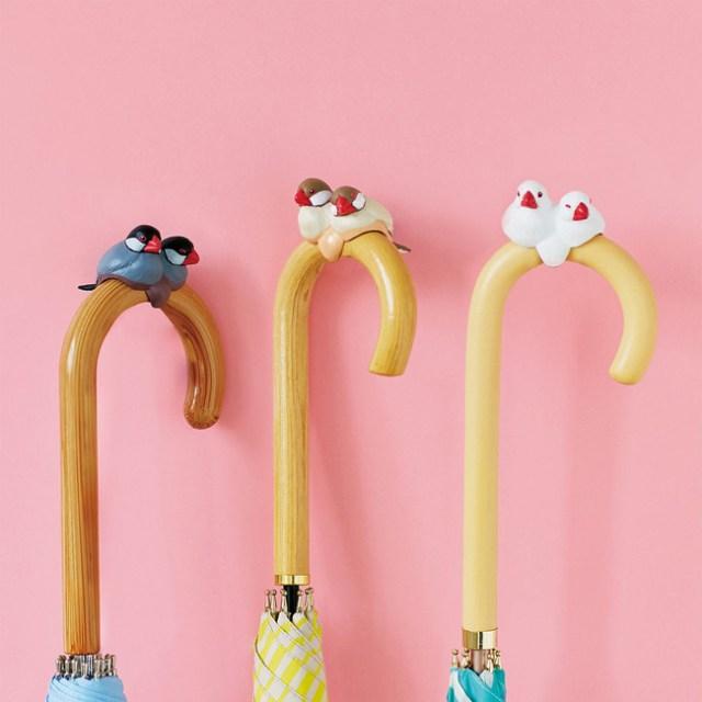 傘の柄にちょこんと乗っかった文鳥がかわいいっ♪ フェリシモ小鳥部の「傘タグ」が雨の日を楽しくしてくれそう!