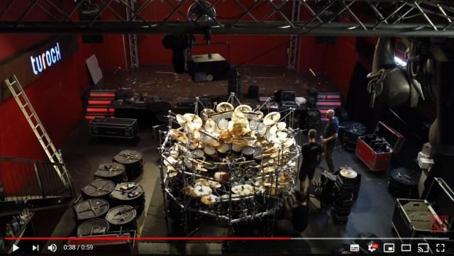 叩く場所が多すぎる「超巨大なドラムセット」が圧巻!演奏するのもめちゃめちゃ大変そうです
