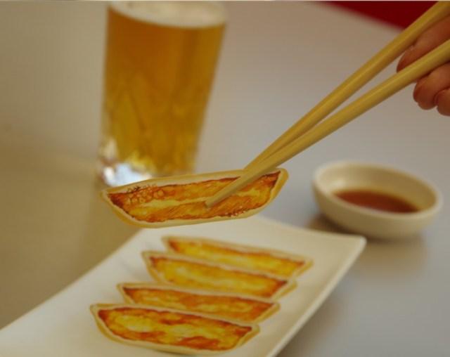 この餃子、食べるんじゃなくて「貼る」んです! 宇都宮餃子会承認「餃子型絆創膏」のインパクトがすんごいよ