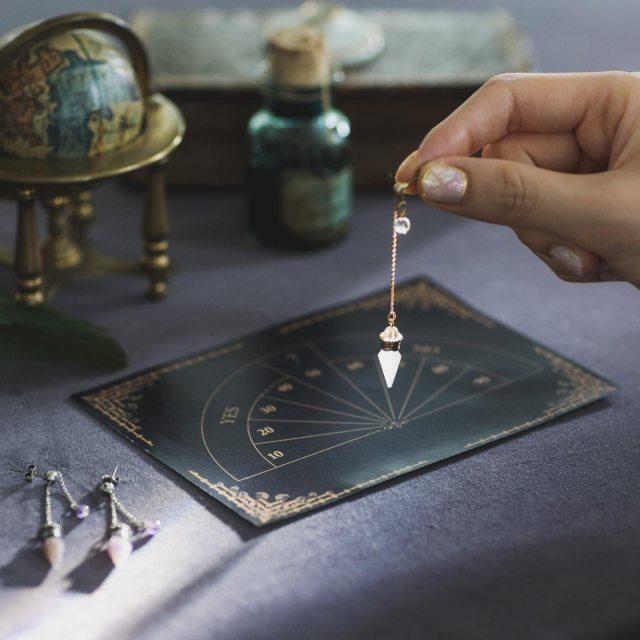迷ったときには占いもできる! 神秘的な「振り子型のピアス&イヤリング」がフェリシモ魔法部に登場したよ~!