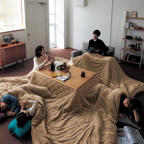家族全員ダメにする…!! ベルメゾンの「超ビッグなこたつ布団」が想像以上のデカさで部屋を飲み込みそう