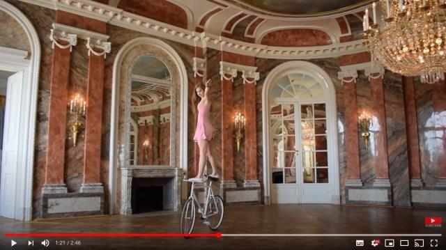バレリーナ、それともアスリート? 自転車の上でアクロバティックに踊る女性から目が離せない…