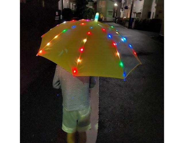 夜道でイルミネーションのように輝くキッズ傘が楽しい~っ! ユーウツな雨の日もルンルン気分で歩けそう