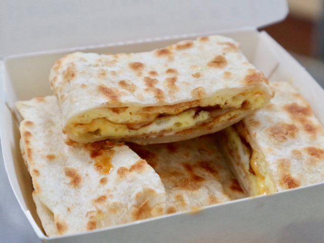 【台湾の朝食シリーズ】第4回 お好みのトッピングを楽しめる玉子クレープ・蛋餅(ダンピン) / とろーりチーズやベーコンがたまりません