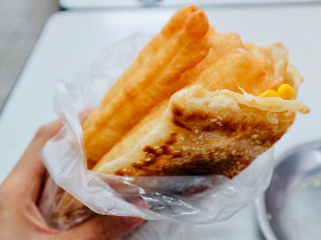 【台湾の朝食シリーズ】第3回 揚げパンや卵焼きを挟んで食べる薄焼きパン・燒餅 / パンにパンを挟む大胆さにビックリ