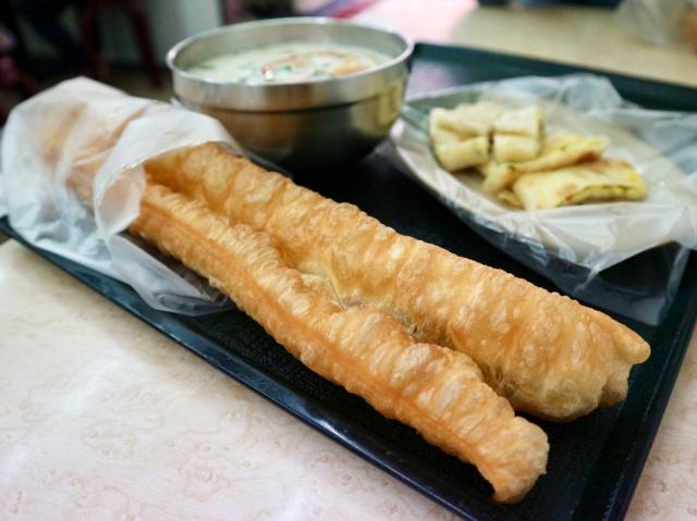 【台湾の朝食シリーズ】第2回 ながーい揚げパン・油條 / サクッとふわふわ食感を豆乳のスープに浸していただきます♪