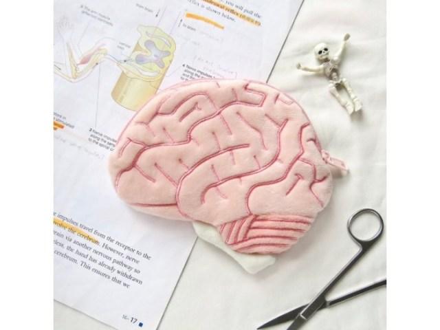 脳のシワまでリアルに入った「脳みそポーチ」はいかが? ファンシーなピンク色で意外と可愛い…かも☆