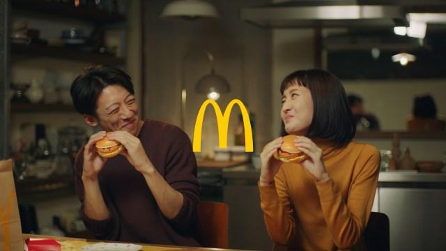 高橋一生出演のマック「グラコロ」新CMが反則すぎるううう! 夫婦のおうち時間がまぶしすぎて直視できない…