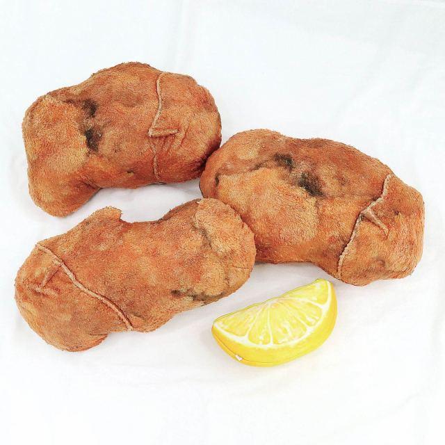フェリシモの「唐揚げのクッション」が本気すぎる… 全種コンプリートすると「レモン」のポーチがもらえるらしいけど違いは!?