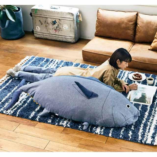 我が家に150cmの巨大マグロがやってくる!?  近畿大学水産研究所監修の「実物大マグロクッション」が超ド級のインパクト