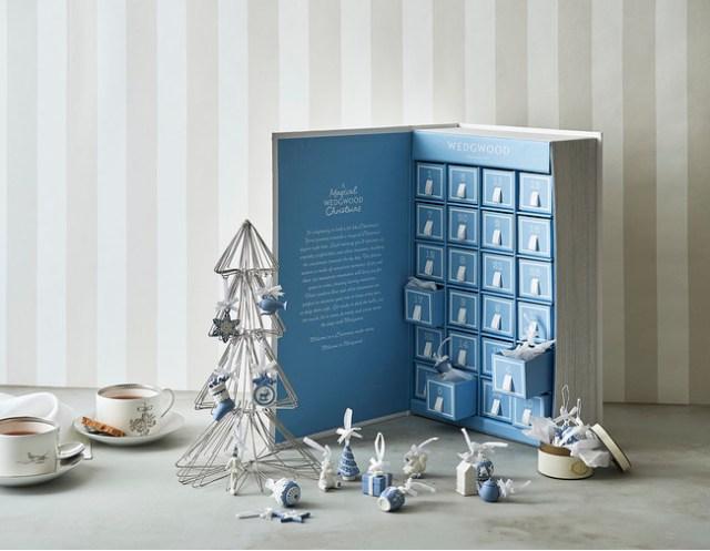 ウェッジウッドの「アドベントカレンダー」が素敵! 24個の引き出しに小さな磁器のオーナメントが収まっています