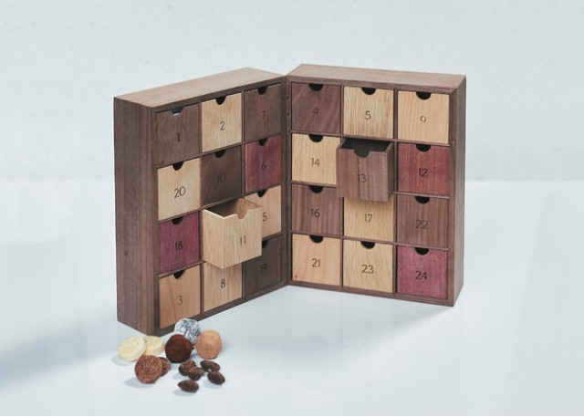 チョコ専門店のアドベントカレンダーが素敵だけど…お値段なんと8万円! 職人手作りの木箱にチョコスイーツが1つずつ入っています