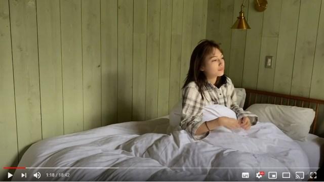 川口春奈のモーニングルーティン動画が「素」に溢れててステキすぎる…すっぴん寝起きで歯磨きする自分にツッコむ場面も
