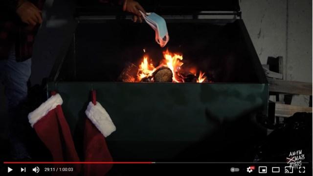 大きなゴミ箱で「2020年を象徴するゴミ」をじゃんじゃん燃やすASMR動画…クリスマスの夜に心静かに観たくなります