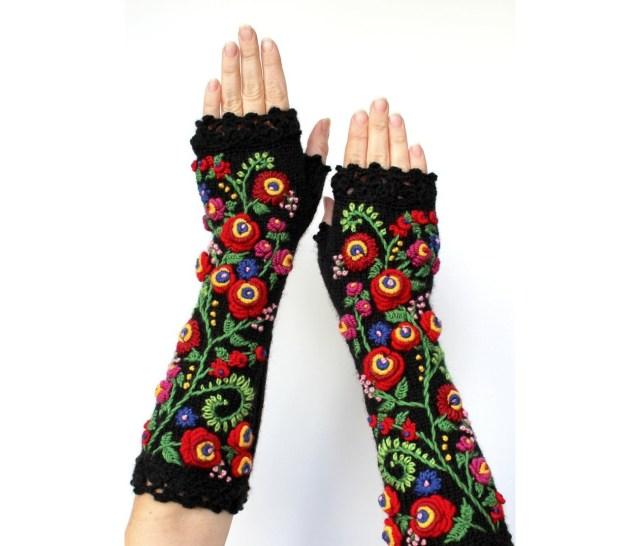 リトアニアの作家が作り出す手編みの手袋が芸術的! 花や生き物、野菜などの繊細な刺しゅうが施されています