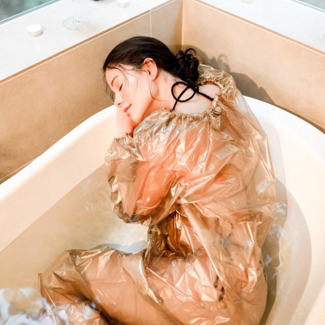 自宅で使える「お風呂専用サウナスーツ」が色々すごい…溶岩パウダー入りフィルムで発汗→溜まった汗を見て確認!?