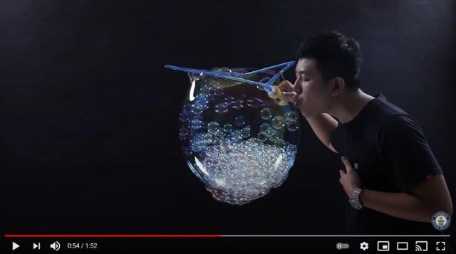【神業】大きなシャボン玉の中に小さなシャボン玉が無数に…! 世界一多い「バブル・イン・バブル」のギネス記録動画が大きな話題に