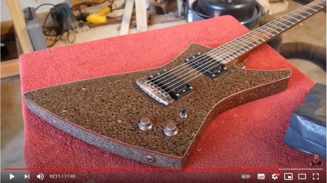 ギター職人がコーヒー豆でギターを作っちゃった! 演奏中にコーヒーのい〜い香りがするらしい