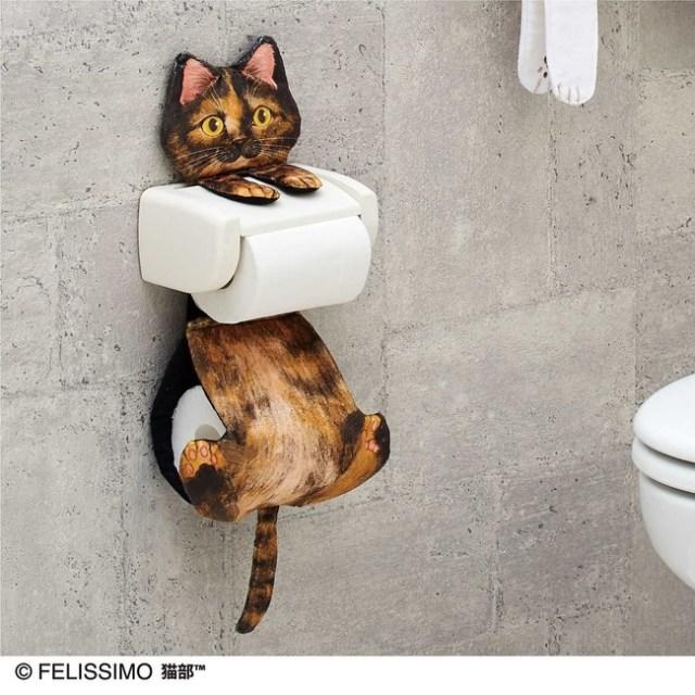 猫ちゃんにジーッと見つめられながらトイレタイム…フェリシモ猫部から「猫がぶら下がるトイレットペーパーホルダー」が登場♪
