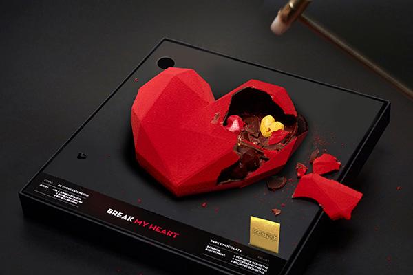 真っ赤なハートのチョコを叩き割ると中から愛のメッセージが! スペイン発ブボ・バルセロナの「彫刻チョコ」が情熱的…