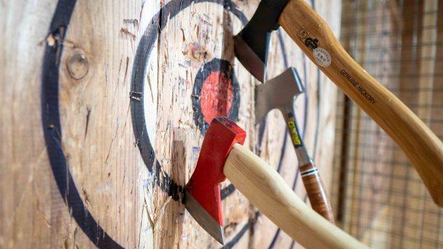 みんなー! 30分2480円で斧が投げ放題だってよー!! アメリカで流行の「斧投げBAR」が浅草にオープンしたよ