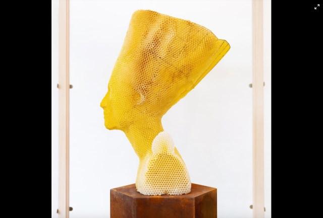 ミツバチと共作した「ハチの巣アート」がスゴイ…! かの有名な『ネフェルティティの胸像」を蜜ろうで表現しているよ