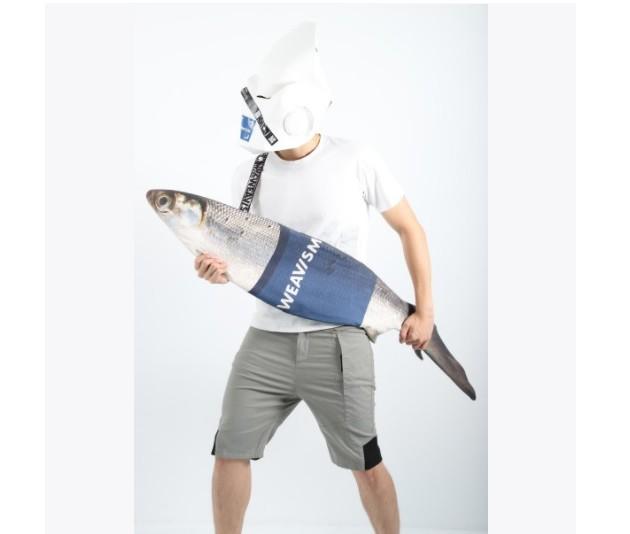 生け捕りした巨大魚をそのまま背負ってる…? リアルすぎるお魚ショルダーバッグが超ド級のインパクト
