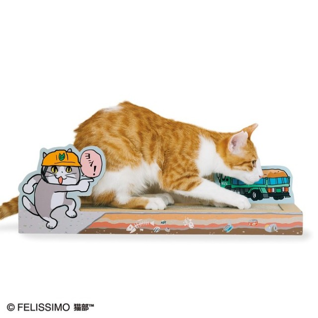 「安全確認ヨシ!」で人気の「仕事猫」が猫の爪とぎを監視しておる…! 愛猫が工事現場で働いてるように見える爪とぎが登場