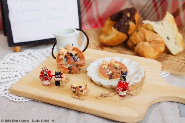 『魔女の宅急便』のグーチョキパン店をイメージしたアクセサリーがかわいい~! キキのパンリースがブローチやヘアゴムに♪