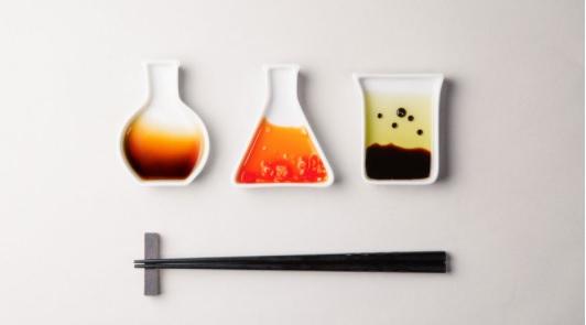 理科の授業でおなじみのビーカーやフラスコが小皿に♪ いろんな調味料を混ぜて料理実験を楽しみたい…