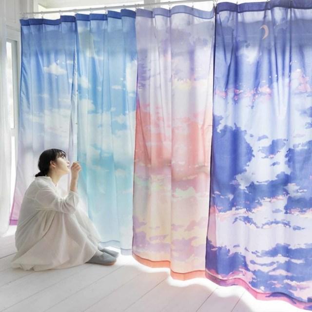 「空の色」を再現したカーテンが美しい…部屋の窓いっぱいに美しい空の風景が広がります