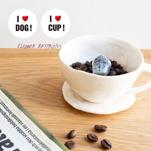 カップの真ん中に「おすわり」している「犬カップ」がゆる可愛い~!北欧の陶芸家エレオノール・ボストロムの作品です