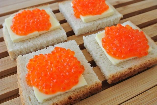 パンといくらがこんなに合うなんて…! ロシア&東欧の簡単おつまみ「いくらパン」レシピを紹介