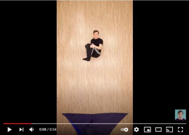 トランポリンを跳んでると見せかけてまったく動いてない!? 体操選手並みの大技も披露するストップモーション動画