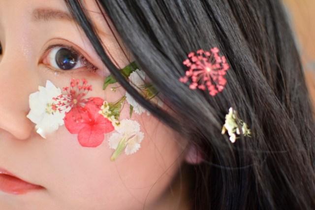 【やってみた】インスタで流行中の「フラワーメイク」に挑戦! 押し花を使ってカワイイ写真がカンタンに撮れるよ