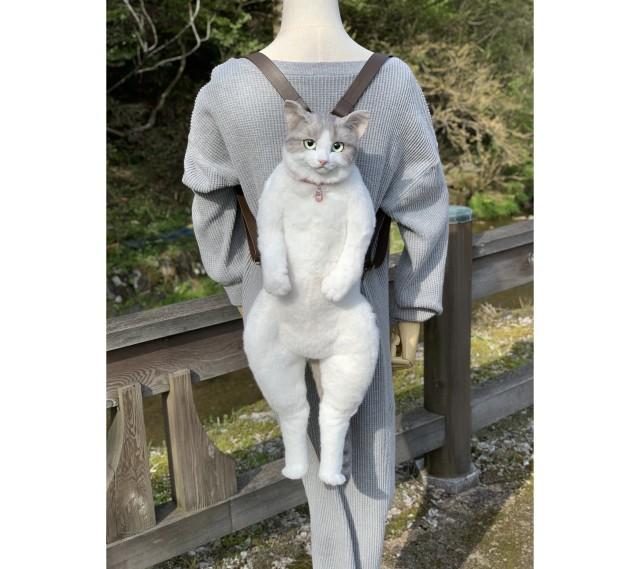 えっ、猫ちゃんが背負われてる…!? 超リアルな「猫リュックサック」に目が釘付けに…