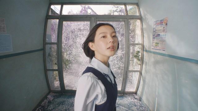 ポカリスエットの新CM『でも君が見えた』の制作秘話に驚き! 幻想的な映像美は85mの「動く廊下」のセットを組んで作られていた…