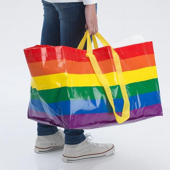 イケアの青バッグがプライド月間にちなんでレインボーカラーに! 売り上げの一部はLGBTQ+支援団体に寄付されるよ