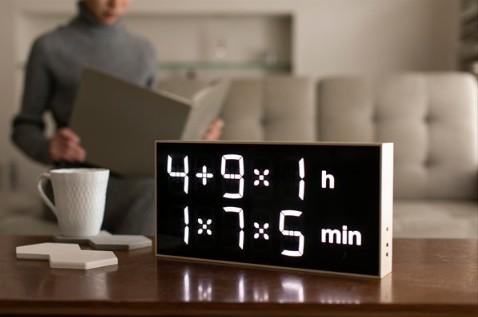 この時計、瞬時に読めたらスゴイ…! 算数で時間を教える時計でアタマの体操!?