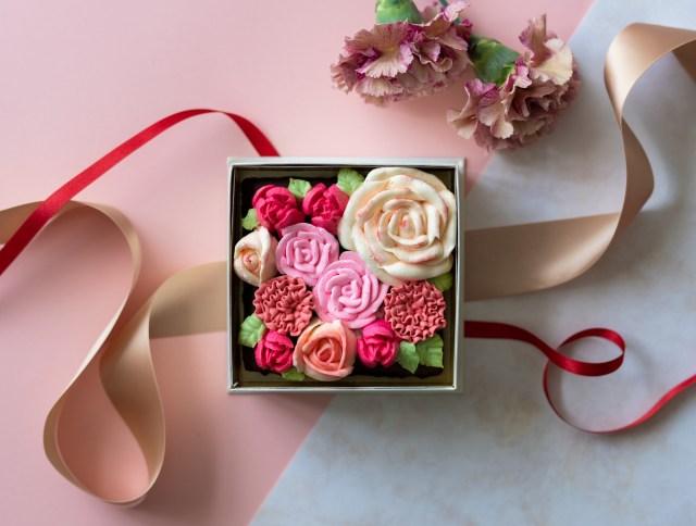 """まるで本物のお花みたい…! 生チョコで作られた""""食べられるお花のケーキ""""が最高の母の日ギフトになりそう"""