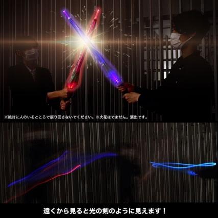 私は雨が降るとジェダイになる! 『スター・ウォーズ』のライトセーバーみたいな傘が登場! フォースの力…ではなく電池で7色に光ります